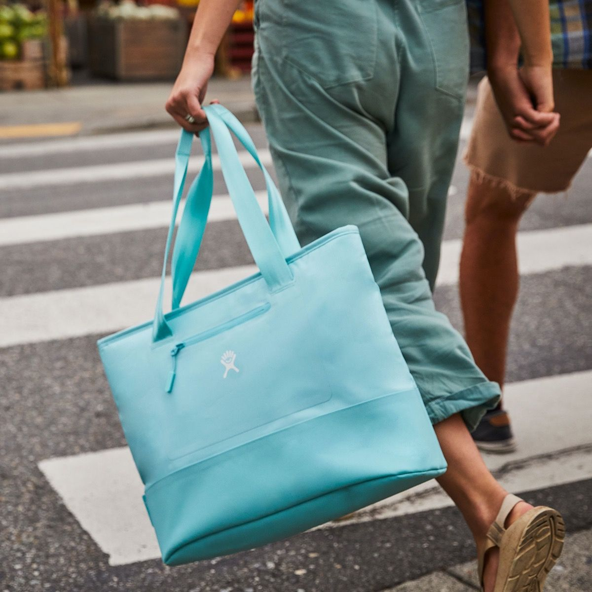 20 L Insulated Tote Lifestyle Image